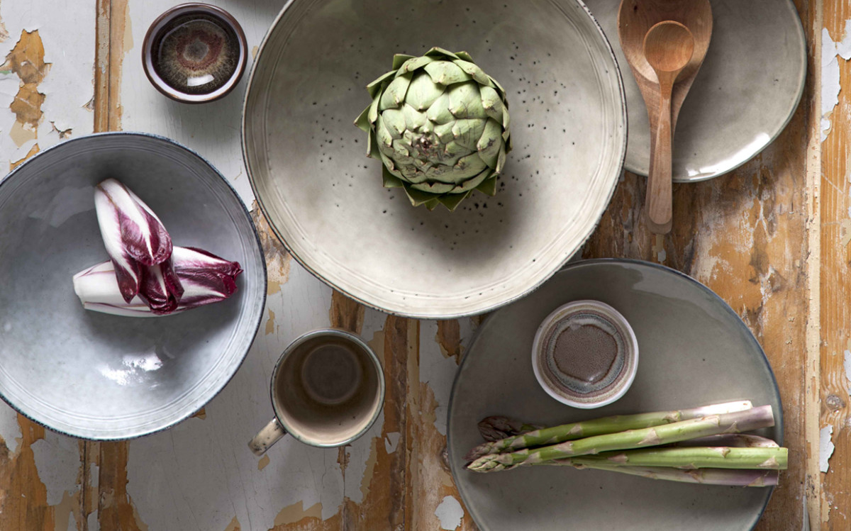 The rugged beauty of rustic tableware